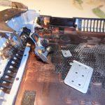 wyłamane mocowanie zawiasa w laptopie